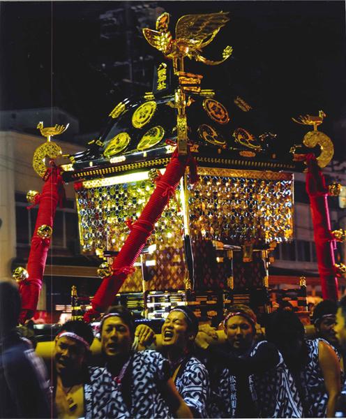 祭り人の渡す神の輿