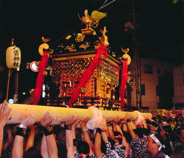 闇夜に浮かぶ平成の神輿