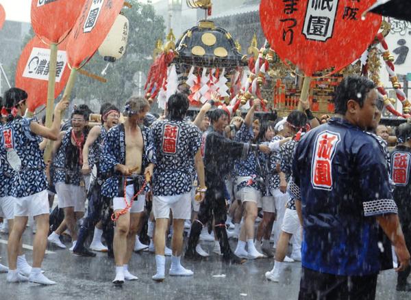 雨中の行進